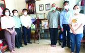 第五郡郡委書記阮孟強(左三)向已故華人革命有功者何增上香默哀悼念。