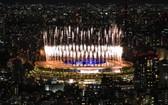 8月8日,東京奧運會閉幕式上燃放的煙花。 (圖源: 新華社)