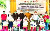 本市、第八郡部門領導及各寺院代表、熱心人士向不幸學生頒發助學金。