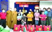 組委會向孤兒贈送物資及現金。