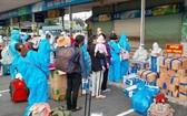 返鄉的林同省同胞進車站前辦理健康申報手續。(圖源:段堅)