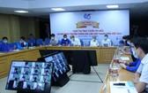 了解越南青聯會65週年傳統在線比賽總決賽評委組。(圖源:新河內報)