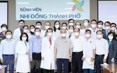 國家主席阮春福與兒童醫院醫生合影。(圖源:越通社)