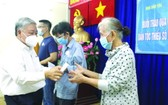 市民族處副主任丁文和向第三郡感染新冠肺炎病毒的貧困少數民族同胞贈送資助金。