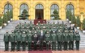 國家主席阮春福同退休軍人企業家代表團在主席府前合影留念。(圖源:越通社)