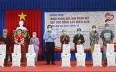 受新冠疫情影響的安江貧民獲贈送民生袋。(圖源:阮仁)