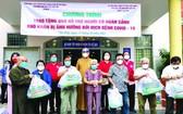 組委會向和盛坊貧困戶贈送救濟品。
