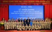 國家主席阮春福和與會外交代表同越南維和隊員們合影留念。(圖源:富山)