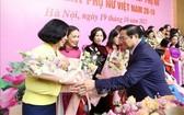 政府總理范明政送花祝賀各模範婦女。(圖源:越通社)