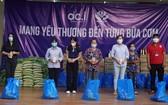 DCI工會基層代表向本市弱勢社群贈送民生袋和禮物。(圖源: 黃雪)