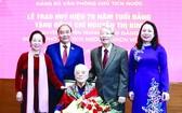 國家主席阮春福與各代表祝賀國家原副主席阮氏萍。