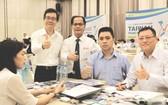 唐明輝主任(左二)與本市台灣商會會長鄭文忠(左三)參觀某醫療保健產品。(圖片來源:馨兒)