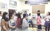 學生參觀華人革命傳統室。(圖片來源:仁建)