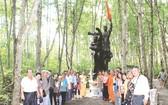 文藝工作者在紅樹林根據地留影。(圖片來源:仁建)