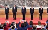 十九屆中央政治局常委與中外記者見面。