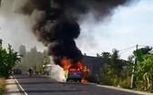 昨(12)日正在ĐT 856路上行駛時,從高嶺市往高嶺縣方茶鄉方向行駛的一輛計程車猛烈燃燒。