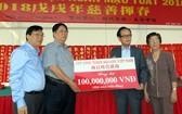 張豐裕先生(右二)代表捐助慈善揮春1億元。