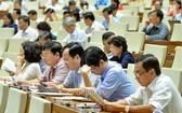 國會代表在會場對有關《規劃法各相關法律若干條文修訂與補充法》草案進行討論。(圖源:QUOCHOI.VN)