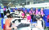 本市學生參觀華人企業天龍集團的生產線。