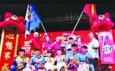 海南聯友龍獅隊在馬國頒獎典禮中合照。