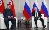 4月25日,在符拉迪沃斯托克遠東聯邦大學,金正恩(左)和普京舉行首腦會談。 (韓聯社/美聯社)