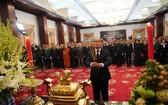 黨中央政治局委員、市委書記阮善仁在本市統一會場吊唁原國家主席黎德英。