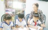 林氏五老師正在家內給學生們輔導功課。