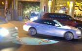 許多司機為閃避投影在馬路上的廣告燈光而造成交通混亂。