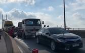 在現場,集裝箱車卡在卡車的車尾和3輛車均處於富美橋的汽車車行道。