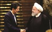日本首相(左)與伊朗最高領導人握手。
