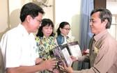 第五郡婦聯會華人幹部周金鳳伉儷獲表彰。