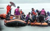 救援人員在湖面上搜救。