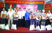 阮北南主任和何金蓮住持等代表贈送禮物予窮人。