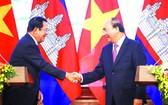 阮春福總理和洪森總理在進入會談前進行 握手儀式。