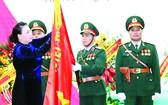 國會主席阮氏金銀莊重地向國防部第二總局在決勝軍旗別上徽章與授予人民武裝力量英雄稱號◆