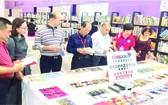 中國讀者參觀麗芝文化傳媒公司的展位。