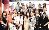 一眾華人歌手與歌友們在晚宴上留影。