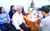 培德精舍理事會給腫瘤醫院貧病者贈送醫藥費。