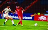 進靈(紅衣)為越南隊領先1比0。