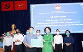 第五郡越南祖國陣線委員會主席黎晉才將 8 億 1000 萬元善款 轉交給市方領導。