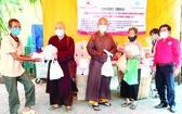 紅十字會輔助會在龍華寺贈送禮物。