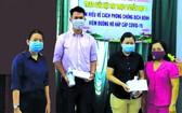 """第五郡第十一坊越南祖國陣線委員會昨(8)日向獲得""""線上瞭解防控新冠肺炎疫病比賽""""的獲獎者頒獎。"""