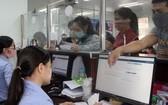 勞工在同奈省社保機關辦理社保金領取手續。