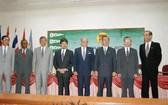 1995年7月28日在汶萊首都斯里巴加灣市,越南外交部部長阮孟琴(右二)、 東盟秘書長和東盟各國外長出席越南成為東盟第七個成員國的接納儀式。