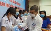 天龍集團行銷部經理鄭文豪 頒發助學金給學生。