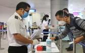 乘客在本市新山一機場進行醫療申報。
