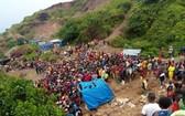 數百人聚集在礦井入口附近的山坡上哭嚎。
