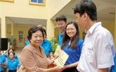 李金梅向清貧好學的學生頒發2019-2020學年助學金。