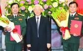總書記、國家主席阮富仲向兩位中將頒授晉升《決定》。