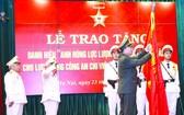 """在儀式上,受國家主席委託,蘇霖大將向""""支援南方戰場公安力量""""頒授 """"人民武裝力量英雄""""稱號。"""